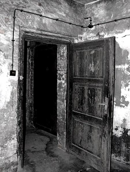 Auschwitz Gaz chamberdoor