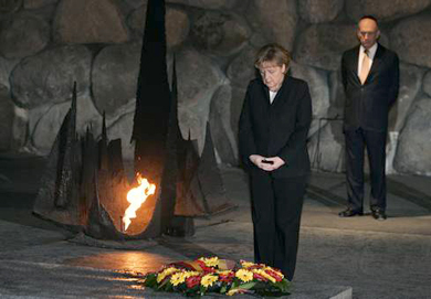 Merkel and Olmert in the 'Hall of Remembrance'